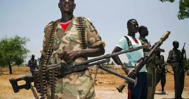 Members of the opposition troops hold weapons near their base in Thonyor, in Leer county, on April 11, 2017. At least 16 civilians were killed in fighting on April 10, 2017, between government troops and rebels in South Sudan's second-largest city Wau, the United Nations peacekeeping mission (UNMISS) said in a statement. The violence stemmed from an ambush on April 11 of government troops near the city, leading to clashes in the city the following day, UNMISS said.  / AFP PHOTO / ALBERT GONZALEZ FARRAN
