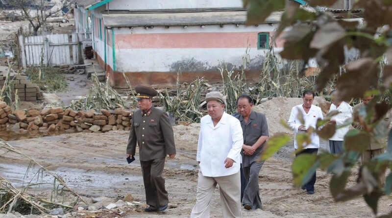 05/09/2020 HANDOUT - 05 September 2020, North Korea, ---: A picture provided by the North Korean state news agency (KCNA) on 06 September 2020 showing North Korean Leader Kim Jong Un (C) visiting Hamgyong-namdo province after typhoon Maysak raged in the region. Photo: -/KCNA/dpa - ATTENTION: editorial use only and only if the credit mentioned above is referenced in full POLITICA INTERNACIONAL -/KCNA/dpa